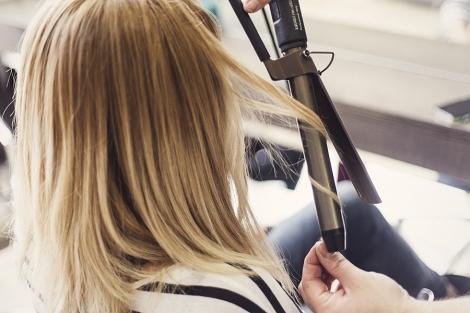 Το μυστικό είναι ότι δεν κρατάμε το κάθε τουφάκι πάνω από 10 δευτερόλεπτα.Αυτό  το κάνουμε για να μη γίνουν τα μαλλιά μας μπούκλες ... 24a256291b3