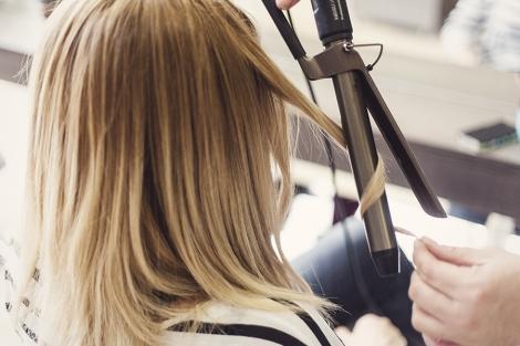 Αν παρατηρήσετε με προσοχή αυτή τη φωτογραφία θα δείτε πόσο απαλός είναι ο  κυματισμός στα μαλλιά. Δεν είναι τελείως ίσια αλλά ούτε και μπούκλες! a720a555279