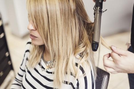 Αν θέλετε αφήστε και κάποια τουφάκια ίσια για πιο φυσικό αποτέλεσμα. Δεν  αγαπάμε τα τυποποιημένα μαλλιά άλλωστε! aed62660245