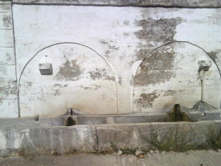 5c38c2ff7e3c Μέσα στο χωριό θα βρείτε πέτρινες βρύσες με τρεχούμενο νερό από τις πηγές  της περιοχής.