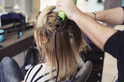 Αφού λουστούμε και βάλουμε και τη μάσκα μας στεγνώνουμε τα μαλλιά και τους  κάνουμε ένα απλό φορμάρισμα.Δεν χρειάζεται να τα ταλαιπωρούμε κάνοντας το  τέλειο ... 34a7d5670dc